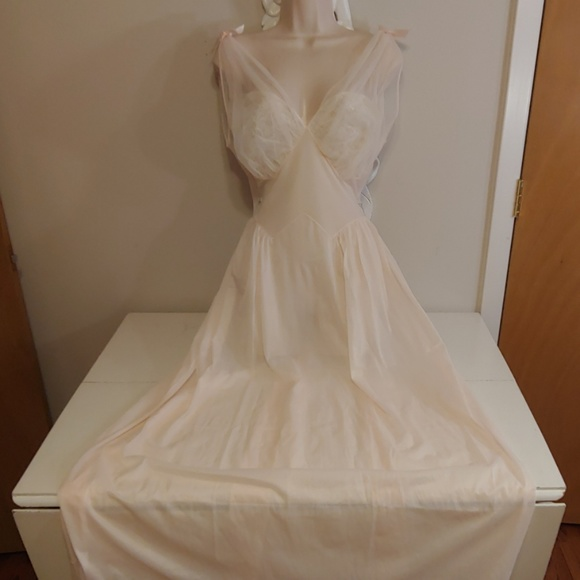 8f5d39ad4 Vintage 50s Vanity Fair pale pink negligee gown. M 5c9c2e27a31c337491562098